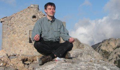 Lars meditiert auf dem Berg